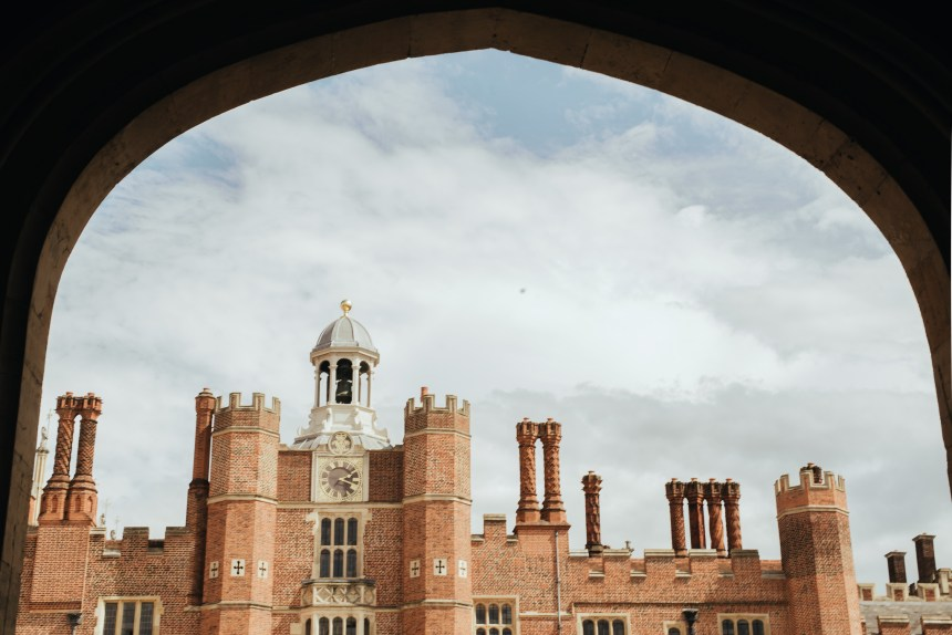 London travel guide Hampton Court Palace muse see