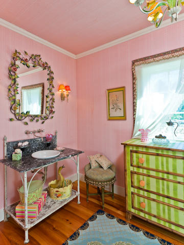 Tour Kirstie Alleys Maine Home Decorated with a Feminine