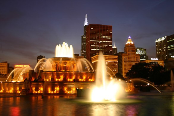 Buckingham_Fountain_in_Chicago_at_night