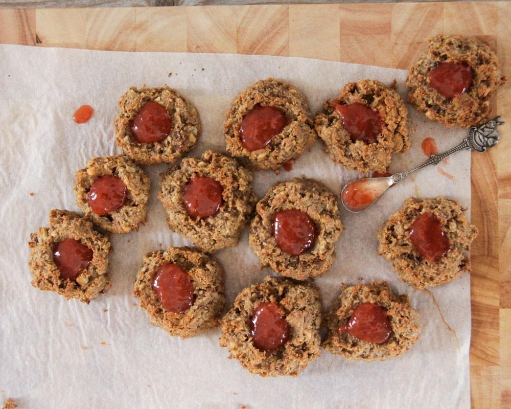 veganistische koekjes met pindakaas en confituur