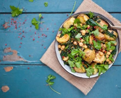 veganistisch recept spicy aardappelsalade met spinazie en kikkererwten