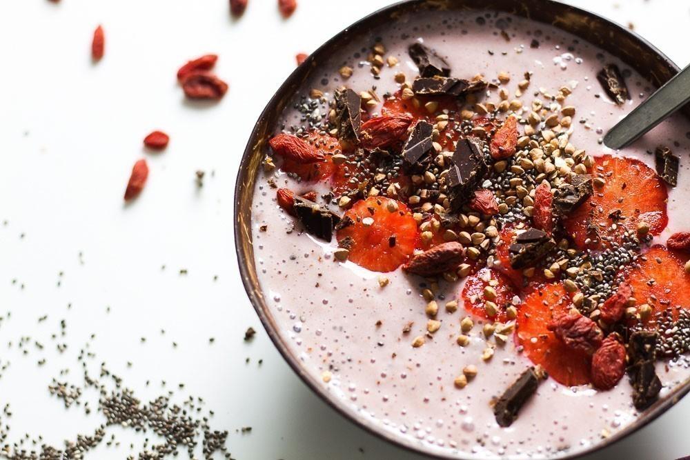 recette végétalienne smoothie bowl aux fruits rouges