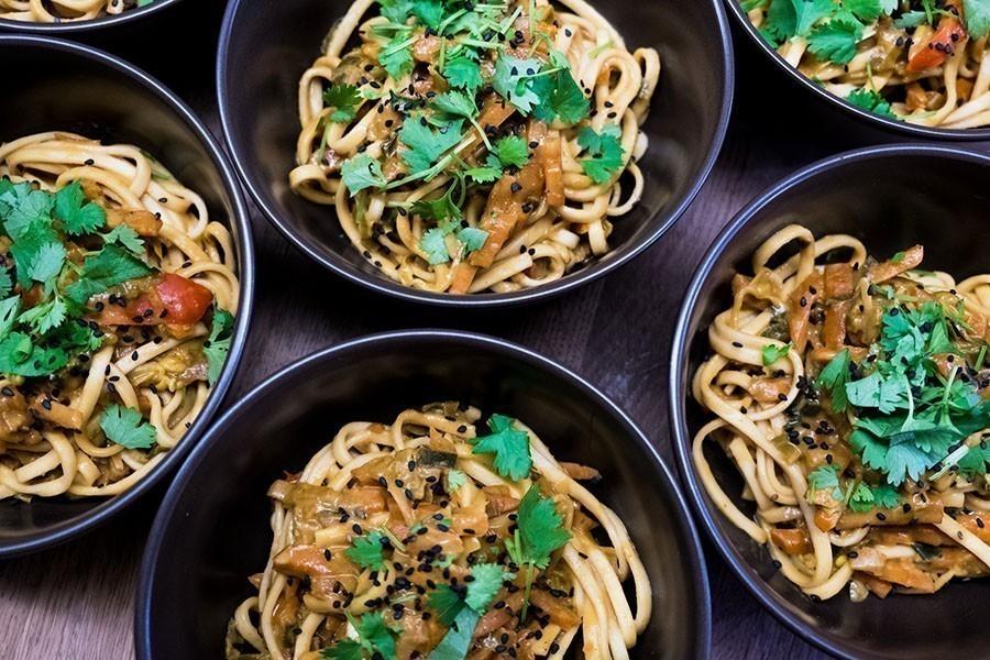 vegan wok met noedels vegan kipstuckjes en pindasaus