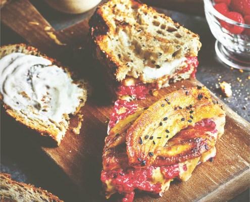 recept vegan toast met pindakaas frambozenjam gekaramelliseerde banaan en tahinkokosroom