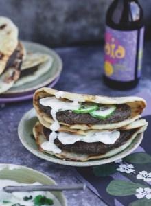 recette burger végétalien aux haricots noir et sauce raita