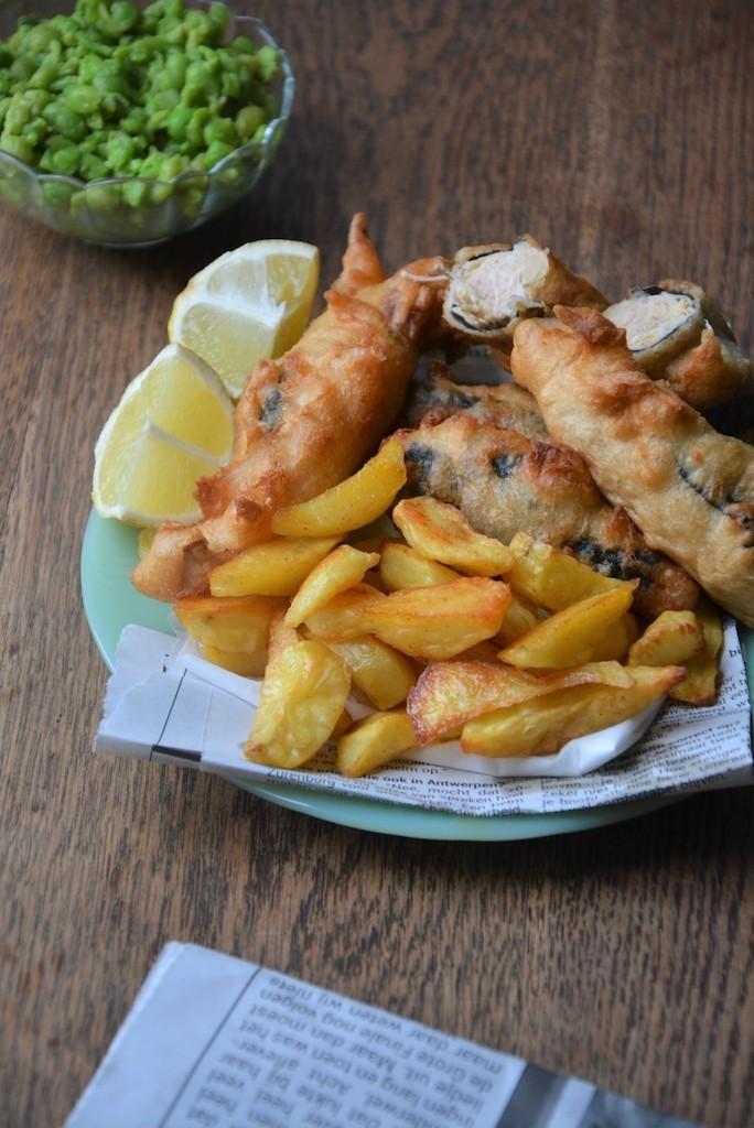 Fish & Chips façon végétalienne, accompagné d'une sauce rémoulade et un écrasé de petits pois
