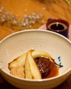 recept veganistische gembercake met gekarameliseerde peren