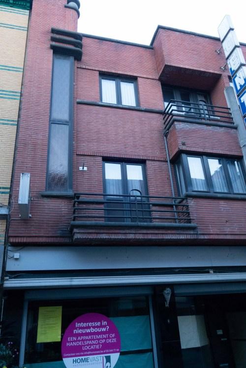 modernistisch vooroorlogs gebouw in de Vrasenestraat
