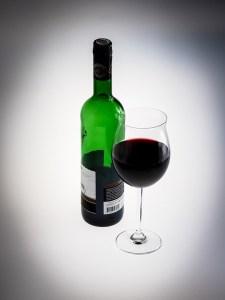 Eine Flasche Rotwein mit vollem Glas
