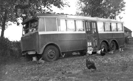 17 DY5119 as mobile home on farm, side view