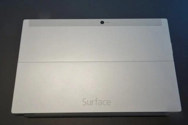 Surface2 キックスタンドを閉じるとまっ平らに