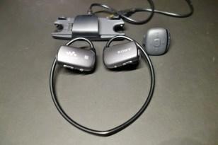 充電は専用の充電器。USBで刺して充電とパソコンから曲を入れたり。