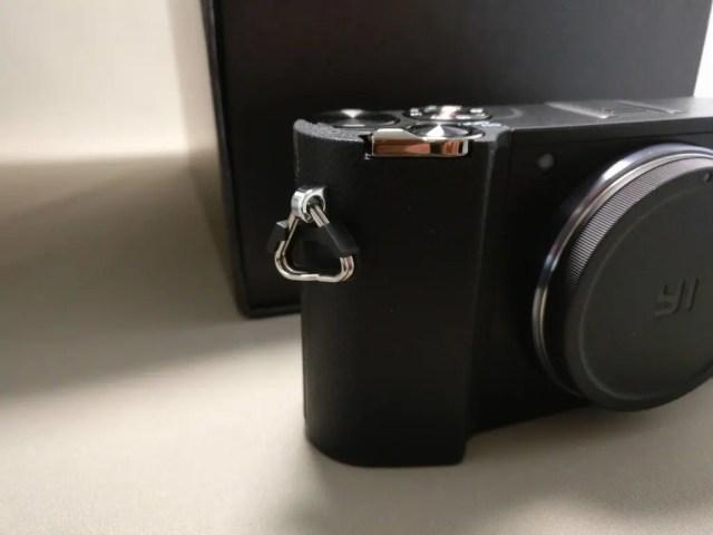 YI M1 WiFi 4K Digital Micro Single Camera  -  DUAL LENS カメラストラップの金具がカチャカチャと音がする