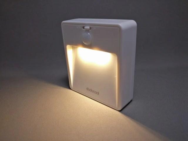 dodocool LEDナイトライト明暗&人感センサー 点灯 ななめ
