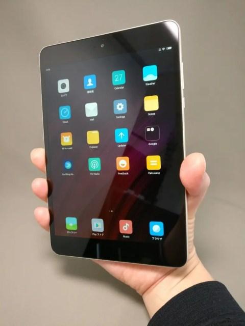 Xiaomi Mi Pad 3 表 手に取る