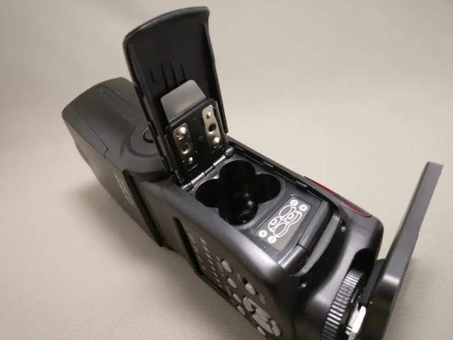 Andoer AD-560Ⅱ 汎用 スピードライト 右側 単3電池4本