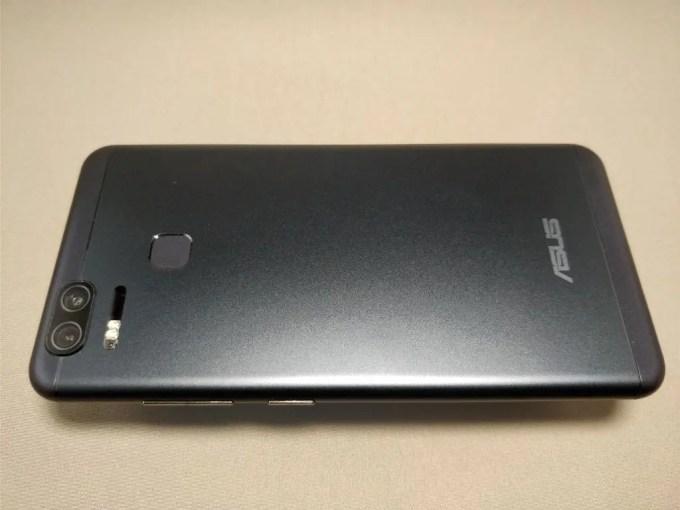 ASUS Zenfone Zoom 裏面横