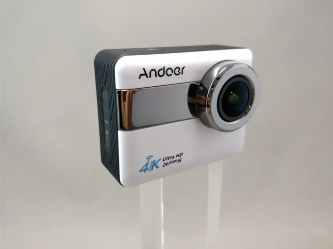 Andoer 4K タッチパネル式 アクションカメラ AN1 本体表 斜め