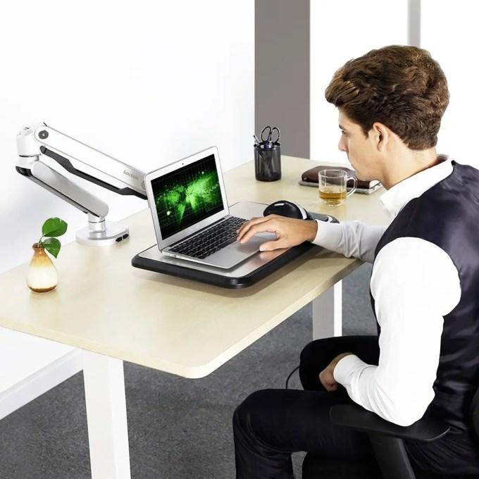 Loctek ラップトップスタンド 10-17インチ対応S2L 作業風景 座る