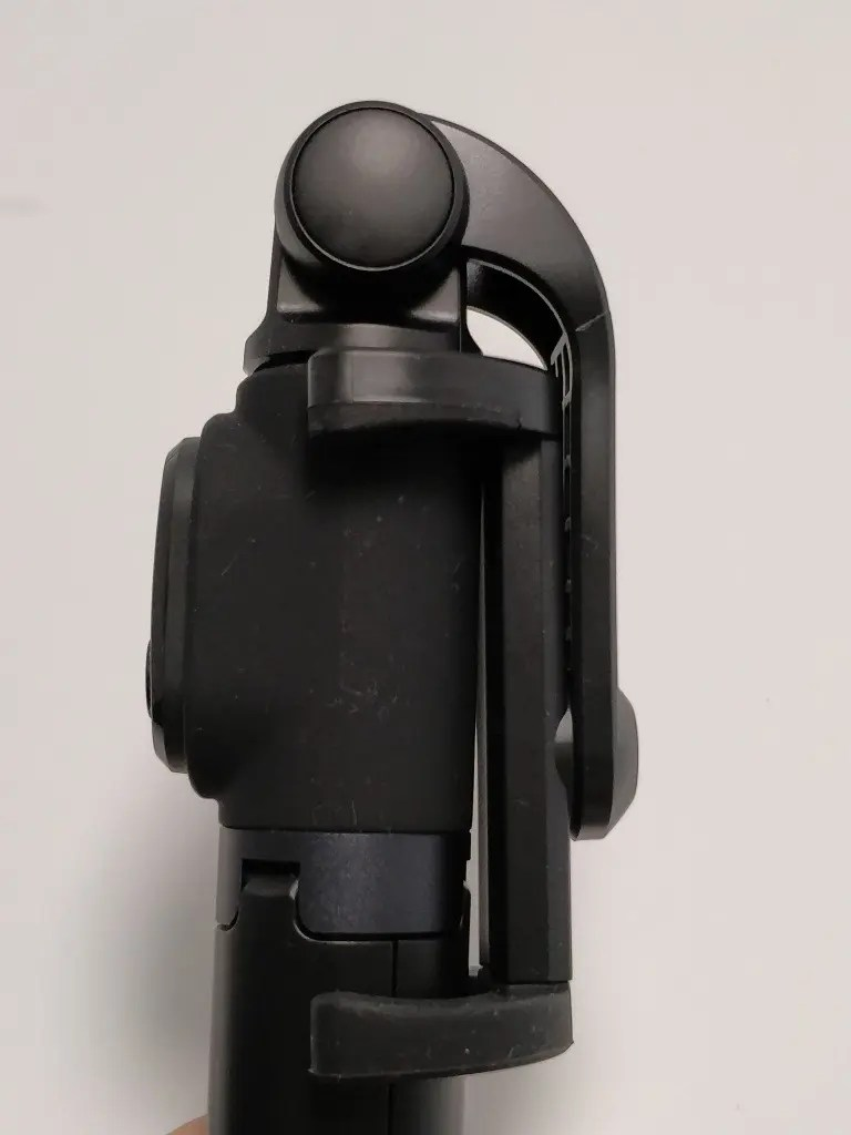 Xiaomiスマホ用自撮り棒本体に装着できるBluetoothシャッター Xiaomiスマホ用自撮り棒 本体とBTシャッター Xiaomi スマホ折りたたみ三脚・自撮り棒10 Xiaomiスマホ用自撮り棒 前かがみ2