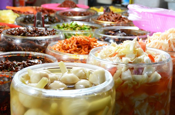 Pickles made of garlic, daikon radish, cabbage, carrots, cucumbers, green beans, eggplant, and others that the Chinese are so keen in making are on show.