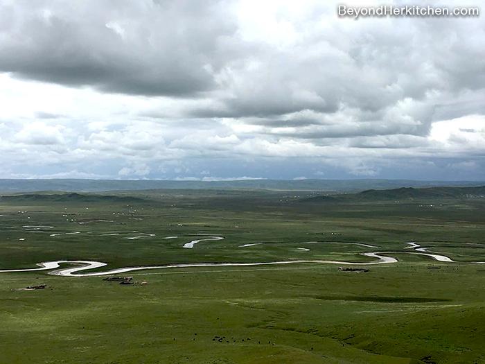 Tibet's grassland, big sky, river