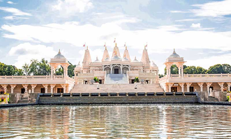 BAPS-Shri-Swaminarayan-Mandir-during-the-day
