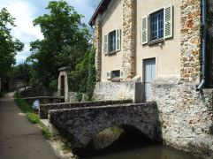 Most of the bridges crossing the canal are private, running straight to an individual door or garden gate.