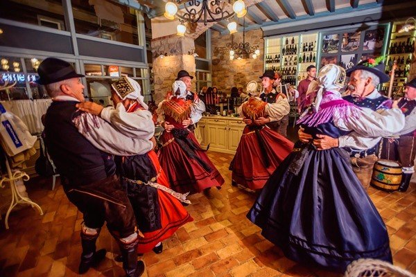 Dot to Dot: Traditional Slovenian Dance