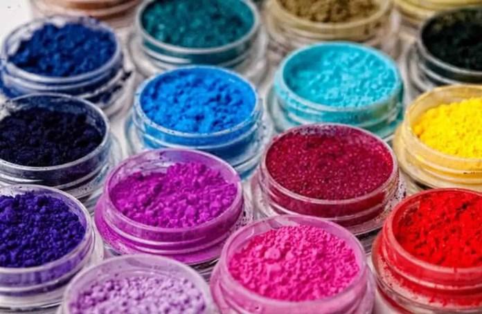 Many colorful, natural, mineral eyeshadows