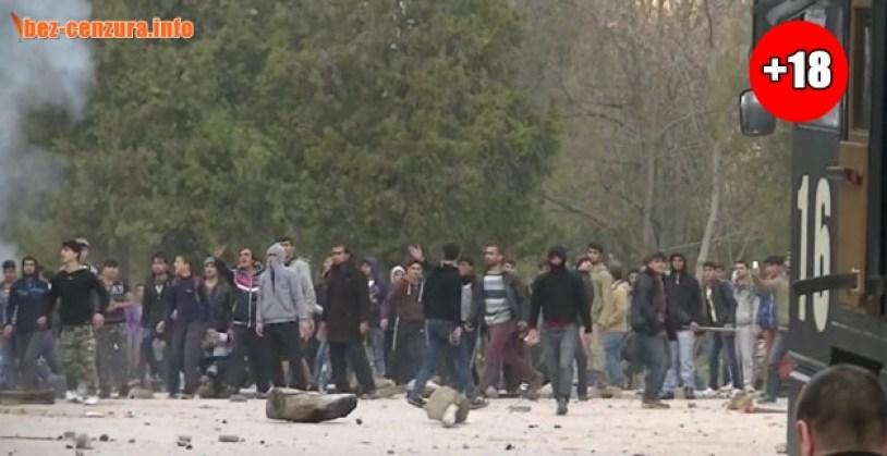 МИГРАНТИЕ АТАКУВАТ ПОЛИЦИЯТА В Харманли СТАНА СТРАШНО! Вижте ВИДЕО от бунта на бежанците! (18+)