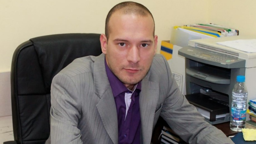 Възпитаник на партия ГЕРБ на име Светослав Трайков е тръгнал да оправя България, като своя вожд. Решил е самолично да се заеме с проблема с бездомните животни. Как?   Ами като ги убива по мъчителен и жесток начин, направо извратен и според мен нуждаещ се от освидетелстване. Споделете навсякъде, за да видят всички и най-вече тези от неговата партия как той трови улични животни с антифриз и това очевидно му доставя удоволствие.  Тези ли изроди трябва да правят закони, да гласуват за тях, да правят реформи, да взимат решения за нас и нашето бъдеще? Психопати, които може да заиграят с живота на хората, по същия начин като на този с животните…  Източник