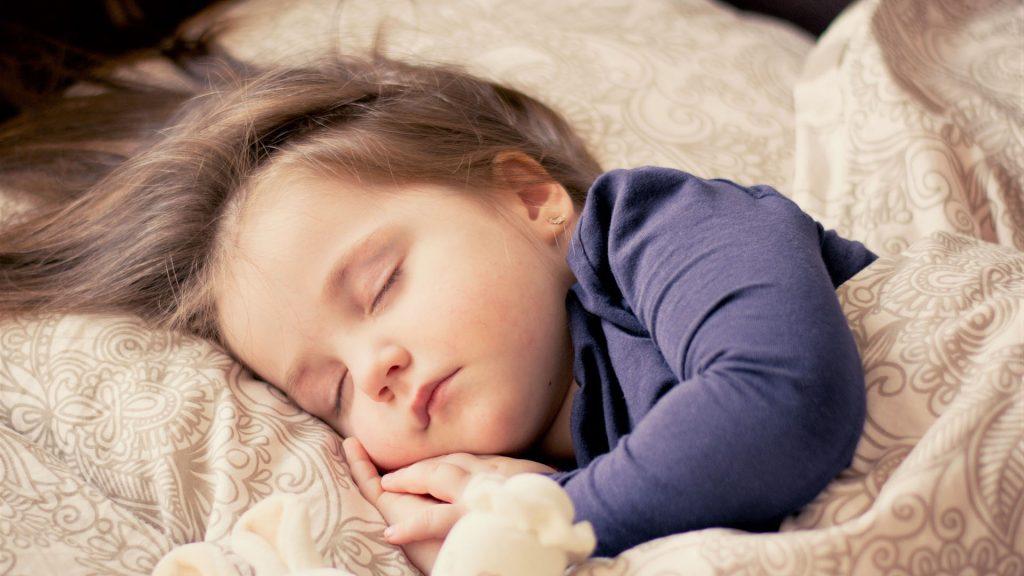 varför pratar barnet i en dröm