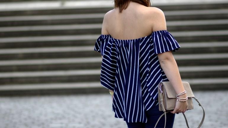 Sommer Outfit mit Flared Jeans und gestreifter Off Shoulder Bluse