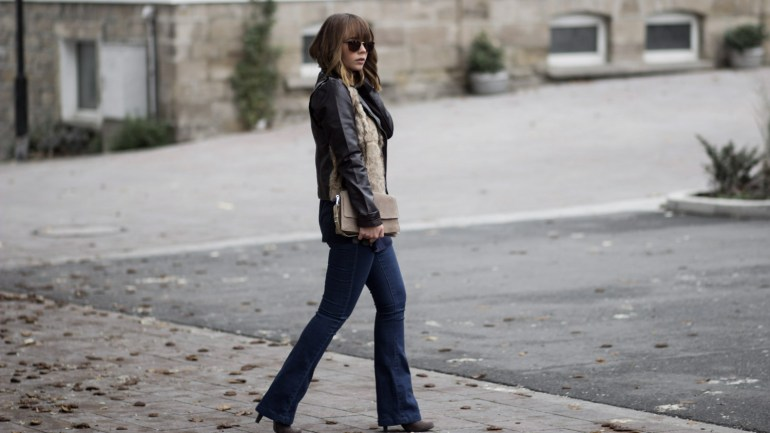 Flared Jeans, Rollkragenpullover und Lederjacke mit Pelz von Desigual