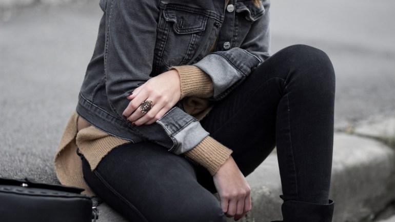 Jeansjacke im Herbst! Outfit mit schwarzer Jeansjacke und braunem Strickpullover