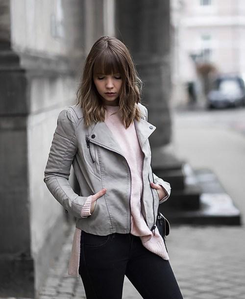 Outfit mit grauer Lederjacke, rosa Strickpullover und Adidas Gazelle Sneaker