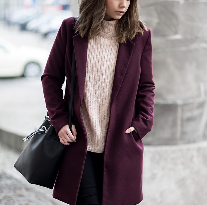 Outfit mit Burgundy Mantel, Winterliches Date Night Outfit, rosa Strickpullover, Mango Bucket Bag, Streetstyle, bezauberndenana.de