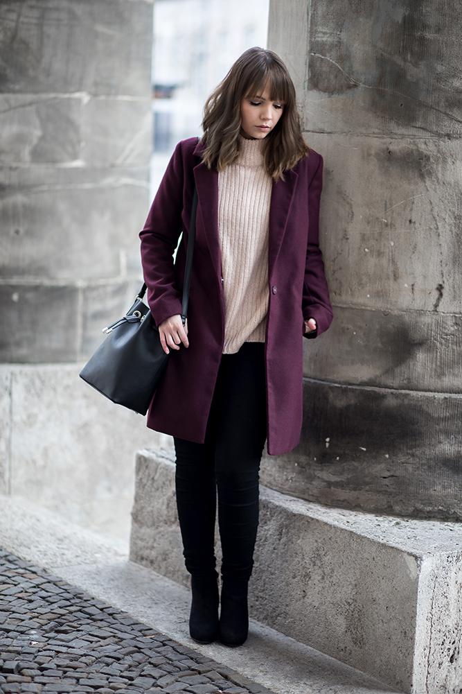 Outfit mit Burgundy Mantel, Winterliches Date Night Outfit, rosa Strickpullover, Mango Bucket Bag, Streetstyle, bezauberndenana.de