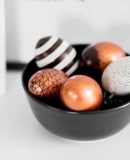 Last Minute DIY Osterdeko, Easter decor, selbstgemalte Eier, Kupfer Ostereier, schwarz-weiße Eier mit geometrischen Muster, bezauberndenana.de