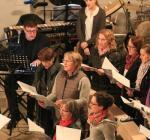 Musiker uns Sänger: schwungvoller Sound beim Gottesdienst