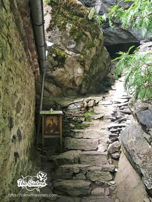 Стълбите-водещи-до-пещерата-на-Свети-Иван-Рилски