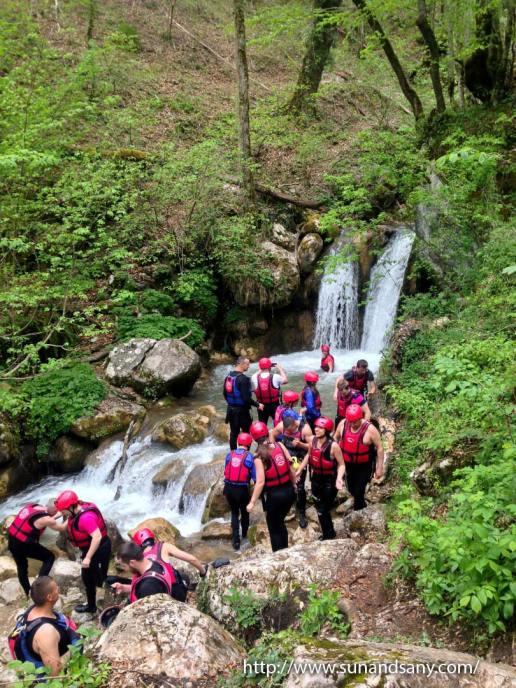 Пътечката към водопада и езерцето