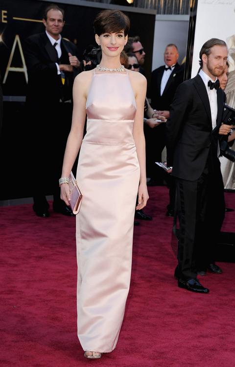 Anne Hathaway en la alfombra roja de los Premios Oscar 2013