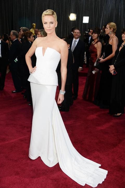 Charlize Theron en la alfombra roja de los Premios Oscar 2013