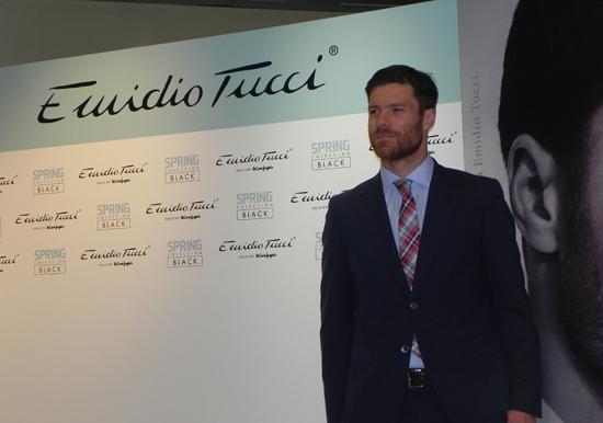 Xabi Alonso presentando la colección de Emidio Tucci