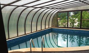 вътрешния минерален басейн на Къща за Гости Елора в Чифлик