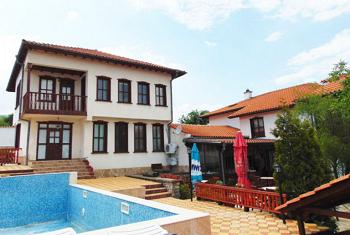 басейна на Семеен Хотел Двата Бряста