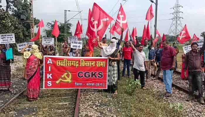 रेल पटरियों पर किसान सभा का धरना, कोयला ढुलाई बाधित, किसान-पुलिस की झड़प
