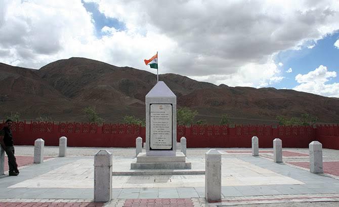 शौर्य दिवस  पर  रेजांगला स्मारक पर शहीदों के प्रति  श्रद्घासुमन अर्पित